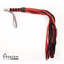 Avalon - Rød og Sort flogger med metall på håndtaket