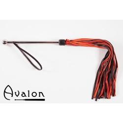 Avalon - Sort og rød flogger med langt metall håndtak