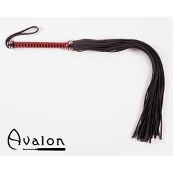 Avalon - Lang sort og rød flogger med nagler på håndtaket